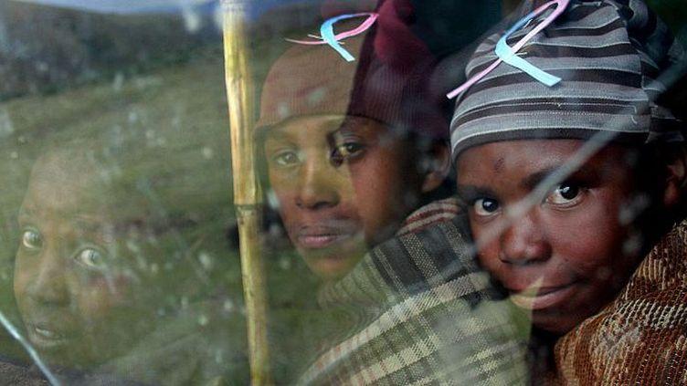 Les enfants arrivent souvent le ventre vide à l'école quand ils y viennent encore. Ici, campagne de l'Unicef contre le sida dans un village près de la ville de Mokhotlong, en 2005. (FATI MOALUSI / AFP)