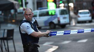Un policier déployé devant la gare centrale de Bruxelles, en Belgique, le 20 juin 2017. (EMMANUEL DUNAND / AFP)