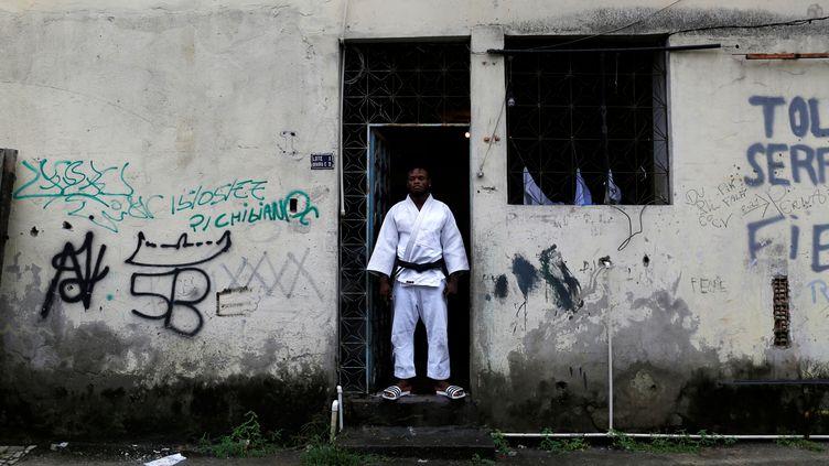 L'athlète Popole Misenga, originaire de la République démocratique du Congo et membre de l'équipe des réfugiés aux Jeux olympiques d'été de 2016, pose à Rio de Janeiro, au Brésil, le 2 juin 2016. (PILAR OLIVARES / REUTERS)