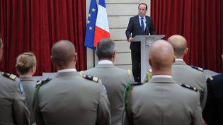 Les forces combattantes de retour d'Afghanistan sont reçues au palais de l'Elysée par François Hollande, le 21 décembre 2012. (NICOLAS GOUHIER / MAXPPP)