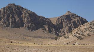 Les monts Sinjar, dans le nord de l'Irak, où sont coincés des milliers de Yézidis, une communauté pourchassée par les jihadistes. (EMRAH YORULMAZ / AFP)