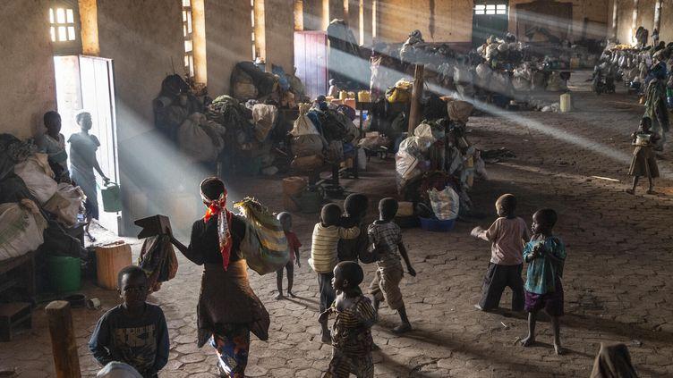 Des enfants jouent dans l'église de Drodro, dans la province de l'Ituri, qui se trouve à côté d'un camp de déplacés. L'église est devenue un logement temporaire pour des milliers de Congolais cherchant refuge contre la violence dans et autour de leurs villages. (© UNICEF/UN0377411/LEMOYNE / © UNICEF/UN0377411/LEMOYNE)