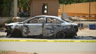 Une voiture calcinée, le 3 mars 2018, à Ouagadougou (Burkina Faso), aprèsune attaquecontre l'ambassade de France. (AHMED OUOBA / AFP)