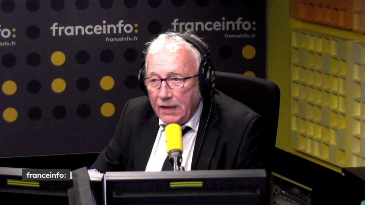 Jacques Vendroux, le directeur des sports de Radio France, dans le studio de franceinfo, le 7 mars 2018. (FRANCEINFO / RADIOFRANCE)