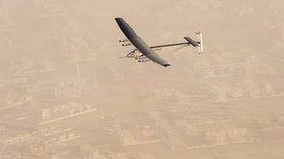 L'avion solaire Solar Impulse 2, après son décollage d'Abu Dhabi (Emirats arabes unis), le 9 mars 2015. (JEAN REVILLARD / AP / SIPA)