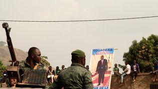 Des membres de la garde présidentielle de Centrafrique à proximité d'un meeting du président sortantFaustin-Archange Touadéra avant l'élection présidentielle, le 12 décembre 2020 à Bangui. (CAMILLE LAFFONT / AFP)