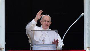 Le pape François salue la foule, lors de la prière de l'Angelus, dimanche 4 juillet, au Vatican. (VATICAN MEDIA / AFP)