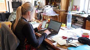 Une femme en plein télétravail à son domicile. Photo d'illustration. (VANESSA MEYER / MAXPPP)