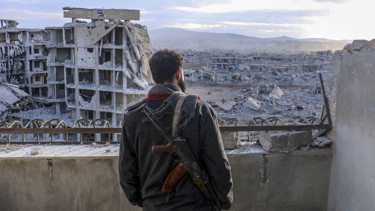 Un Syrien regardant des immeubles en ruine à Damas (Syrie), le 28 janvier 2016. (MEJD AL-AHMED / ANADOLU AGENCY / AFP)