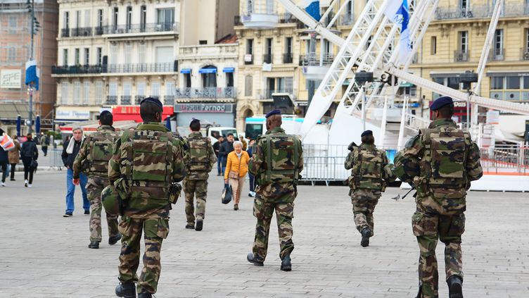 Des militaires patrouillent à Marseille, le 9 janvier 2016, dans le cadre du plan Vigipirate. (FREDERIC SEGURAN / AFP)