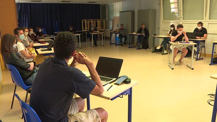 Les salles de classes sont désormais réorganisées pour respecter le protocole : gestes barrières et distanciation. (FRANCEINFO)