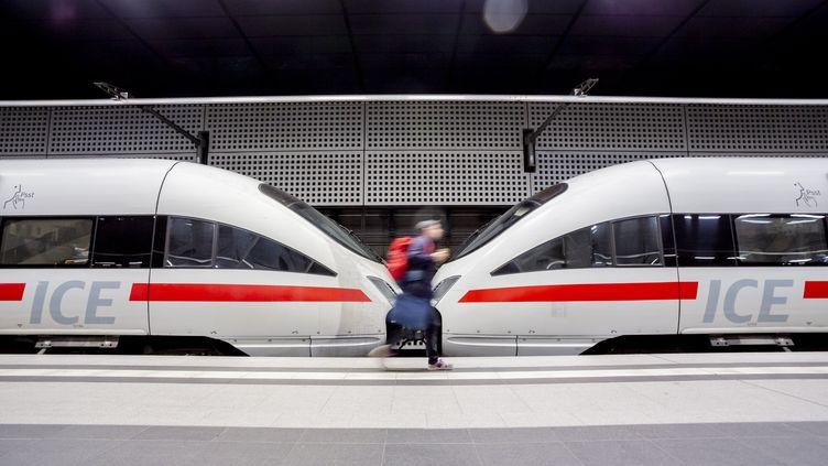 Un homme passe devant un train à Berlin (Allemagne), le 29 octobre 2018. (CHRISTOPH SOEDER / DPA / AFP)