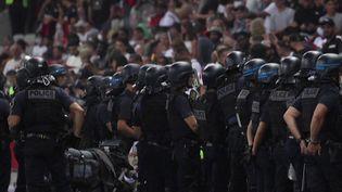 Le soir du mercredi 22 septembre, on était bien loin de l'esprit sportif du football,après les multiples incidents causés par les supporters. Un début de saison d'une extrême violence, alors qu'on pensait les supporters heureux de la reprise. (FRANCE 3)