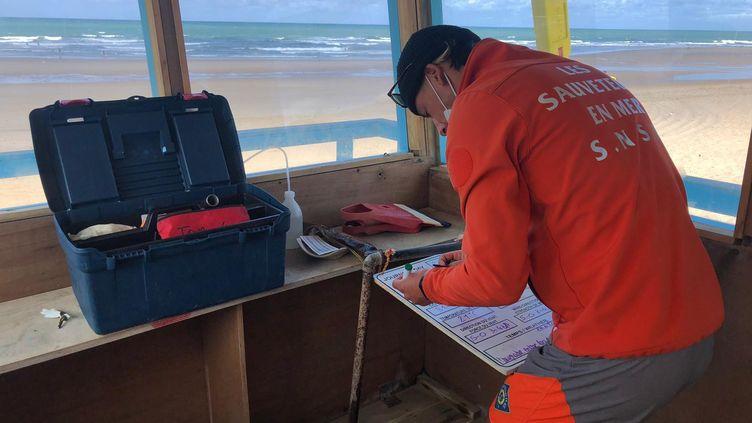 Vincent Grousset occupe la vigie de la SNSM sur la plage de Vendays-Montalivet (Gironde). (MARGAUX QUEFFELEC / RADIO FRANCE)