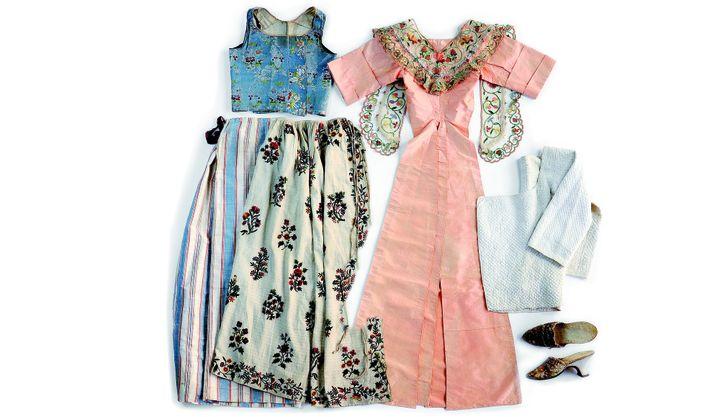 """Exposition """"Antoine Raspal"""" : ensemble de pièces d'une tenue à la mode d'Arles vers 1775-80,  (Collection du Musée Provençal du Costume et du Bijou)"""