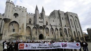 Des volontaires des Banques Alimentaires, de la Croix Rouge, des Restos du Coeur et du Secours Populaire mobilisés pour obtenir un maintien des fonds en faveur de l'aide alimentaire européenne, en 2013, à Avignon, juste avant l'adoption du Fonds Européen d'Aide aux plus Démunis. (BORIS HORVAT / AFP)
