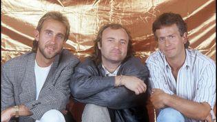 Le groupe britannique Genesis en 1987. De gauche à droite : Mike Rutherford (guitare, basse), Phil Collins (batterie, chant) et Tony Banks (claviers). (BARBARA ROMBI SERRA / AFP)