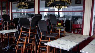 Un bar-restaurant est fermé à Cancale, en Ille-et-Vilaine, le 21 décembre 2020. (MARTIN BERTRAND / HANS LUCAS)