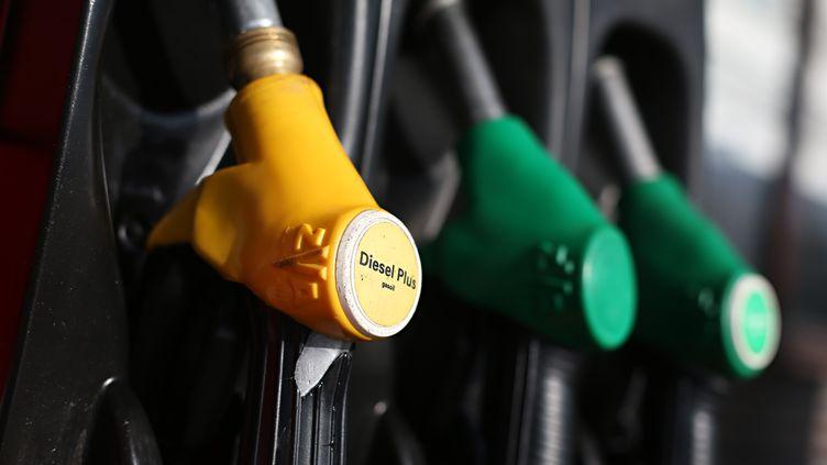 Les prix du baril de pétrole brut léger américain (WTI) ont fini au-dessus du seuil des 100 dollars mercredi 3 juillet 2013 à New York pour la première fois en plus d'un an. (THOMAS SAMSON / AFP)