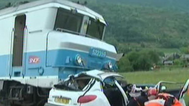 La voiture accidentée et le train Corail, après la collision de Saint-Jean-de-la-Porte, en Savoie (10/08/09) (© France 2)