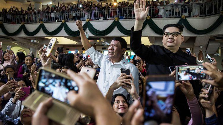 Des sosies de Rodrigo Duterte et de Kim Jong-Un posent lors d'une messe à Hong Kong, le 3 février 2019. (ISAAC LAWRENCE / AFP)
