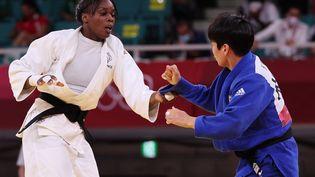 La judokate française Madeleine Malonga lors de sa demi-finale du tournoi olympique (-78 kg) face à la Coréenne Hyunji Yoon, jeudi 29 juillet au Nippon Budokan de Tokyo. (JACK GUEZ / AFP)