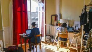 Des colocataires en télétravail lors du premier confienement, en mars 2020, à Montreuil (Seine-Saint-Denis). (REMI DECOSTER / HANS LUCAS / AFP)
