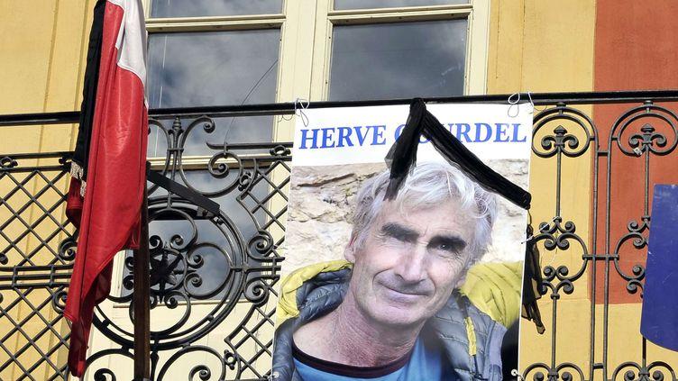 Une photo d'Herve Gourdel sur le balcon de la mairie de Saint-Martin-VÈsubie (Alpes-Maritimes), le 25 septembre 2014 (BRUNO BEBERT / AP / SIPA)