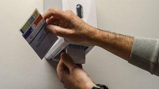 Un électeur se désinfecte les mains, le 6 mars 2020, à Perpignan (Pyrénées-Orientales). (MAXPPP)