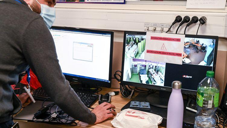 """Les ordinateurs inutilisables de l'hôpital deVillefranche-sur-Saône, après l'attaque par""""rançongiciel"""". (PHILIPPE DESMAZES / AFP)"""