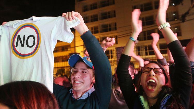 """Des partisans du """"non"""" fêtent leur victoire à Bogota (Colombie), dimanche 2 octobre 2016, lors du référendum surl'accord de paix avec les Farc. (MARIO TAMA / GETTY IMAGES NORTH AMERICA /AFP)"""
