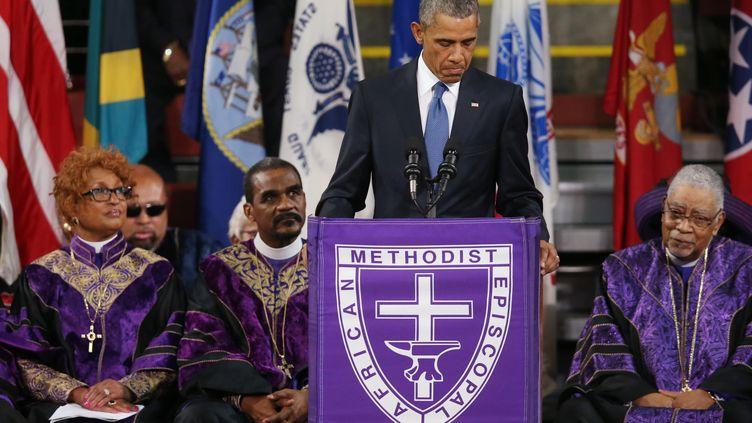 Le président Barack Obama prononce l'éloge funèbre du pasteurClementa Pinckney, vendredi 26 juin 2015 à Charleston (Etats-Unis), lors de l'hommage rendu aux victimes d'une fusillade. (JOE RAEDLE / GETTY IMAGES NORTH AMERICA / AFP)