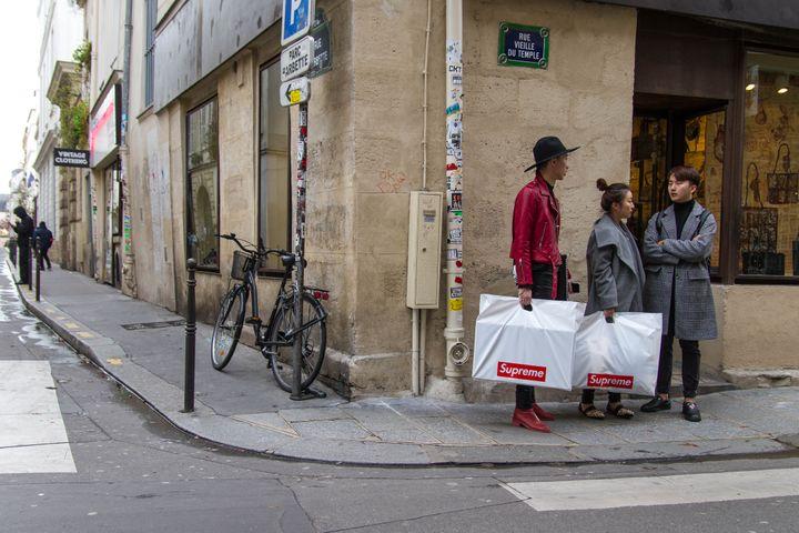 Des acheteurs Supreme à la sortie de la boutique parisienne, le 24 novembre 2017. (ELODIE DROUARD / FRANCEINFO)