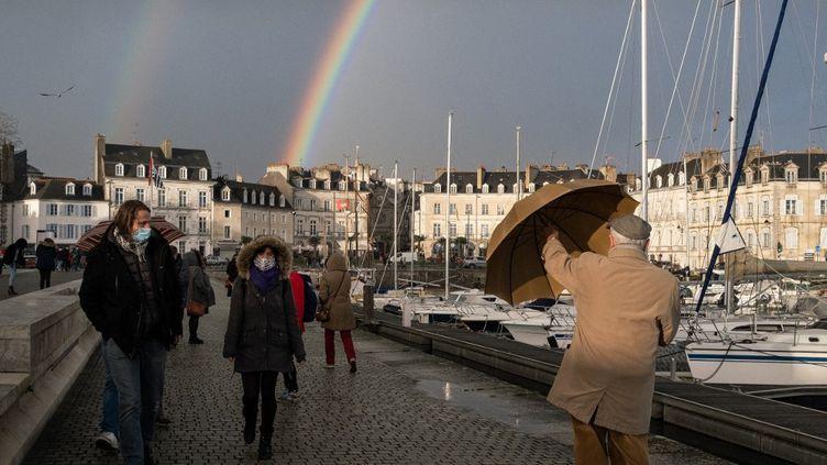 Des promeneurs sous la pluie à Vannes (Morbihan), le 29 décembre 2020. (VALENTINO BELLONI / HANS LUCAS / AFP)