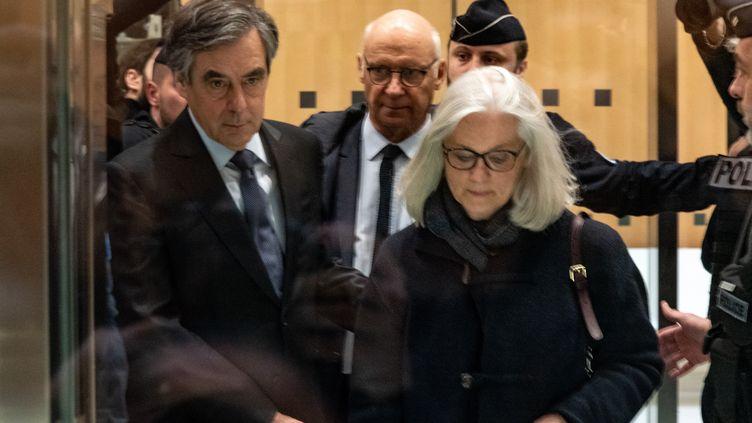 François et Penelope Fillon, ainsi que l'avocat de cette dernière, Pierre Cornut-Gentille, lors de leur arrivée au tribunal de grande instance de Paris, le 24 février 2020. (SAMUEL BOIVIN / NURPHOTO / AFP)
