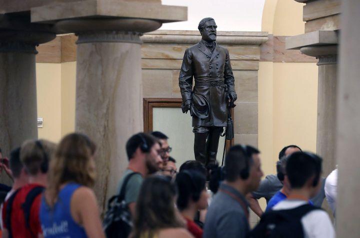 Des touristes devant une statue du général Lee, au Capitole à Washington (Etats-Unis), le 17 août 2017. (MARK WILSON / GETTY IMAGES NORTH AMERICA / AFP)
