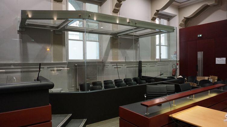 Le box des accusés de la cour d'assises de Savoie au palais de justice de Chambéry, le 21 avril 2021. (CHRISTOPHE VAN VEEN / FRANCE-BLEU PAYS DE SAVOIE)