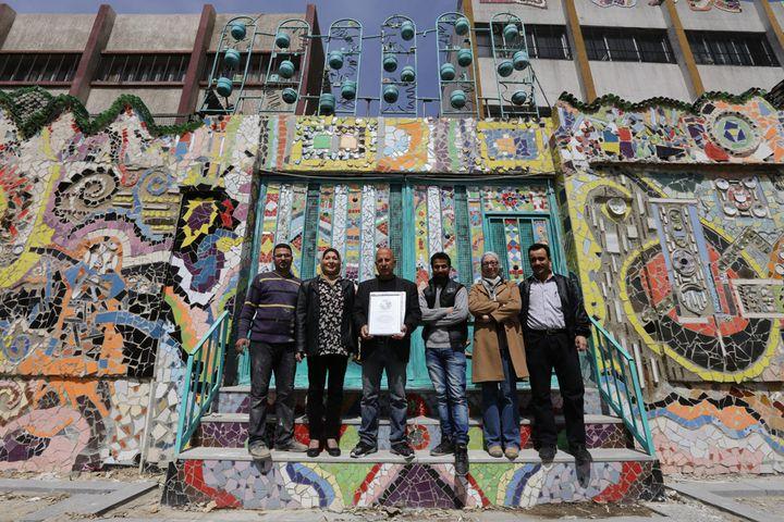 Les six artisans de la fresque murale de Damas en objets recyclés, le 31 mars 2014.  (Louai Beshara / AFP)