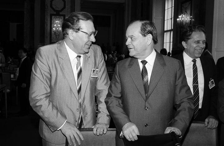 Le vice-président du Conseil des ministres de l'URSS, Boris Chtcherbina (à droite), et le scientifique soviétique Valeri Legassov (à gauche), le 24 septembre 1986 à Vienne (Autriche). (ROBERT JAGER / APA-PICTUREDESK / AFP)