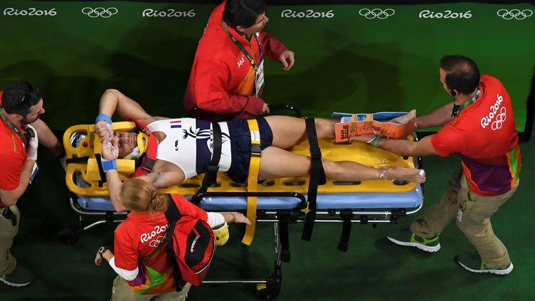 Le gymnaste français Samir Aït Saïd évacué sur une civière, après une chute, lors des qualifications au saut, pour les JO de Rio, le 6 août 2016. (ANTONIN THUILLIER / AFP)