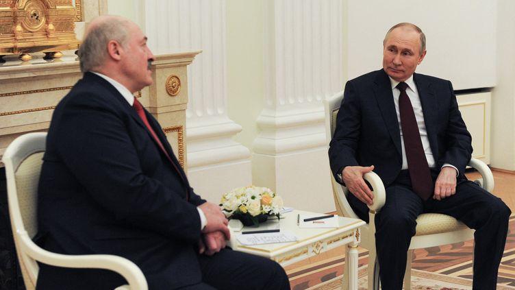 Le président biélorusse Alexandre Loukachenko (à gauche) et son homologue russe Vladimir Poutine, le 22 avril 2021 à Moscou (Russie). (MIKHAIL KLIMENTYEV / SPUTNIK / VIA AFP)