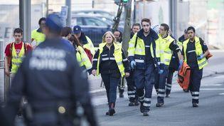 Des secouristes rue de la Loi, à Bruxelles (Belgique), après l'explosion survenue à la station de métro Maelbeek, le 22 mars 2016. (LAURIE DIEFFEMBACQ / BELGA MAG / AFP)