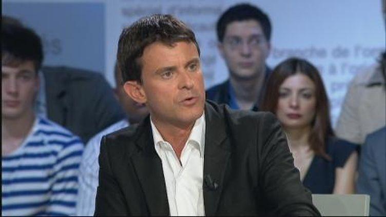 Manuel Valls répond aux questions d'Yves Calvi dans Mots Croisés, lundi 12 septembre, sur France 2. (France 2)