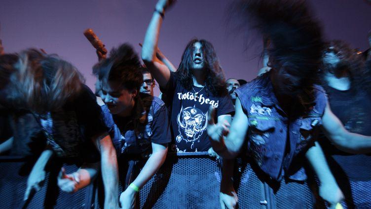 Des fans de hard rock lors d'un concert de Motörhead au Paleo Music Festival à Nyon (Suisse), en 2010. (DENIS BALIBOUSE / REUTERS )