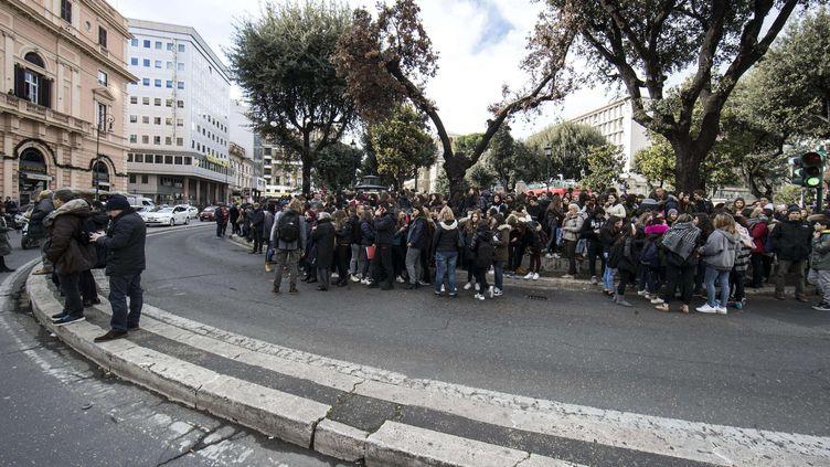 Elèves et professeursévacués d'un lycée de Rome lors des secousses telluriquesle 18 janvier 2017 (MASSIMO PERCOSSI / AP / SIPA)