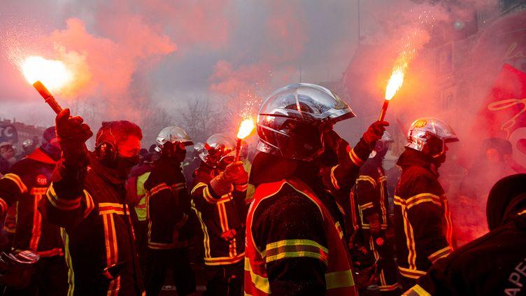 Des pompiers manifestent à Paris, le 28 janvier 2020. (YANN LEVY / HANS LUCAS / AFP)