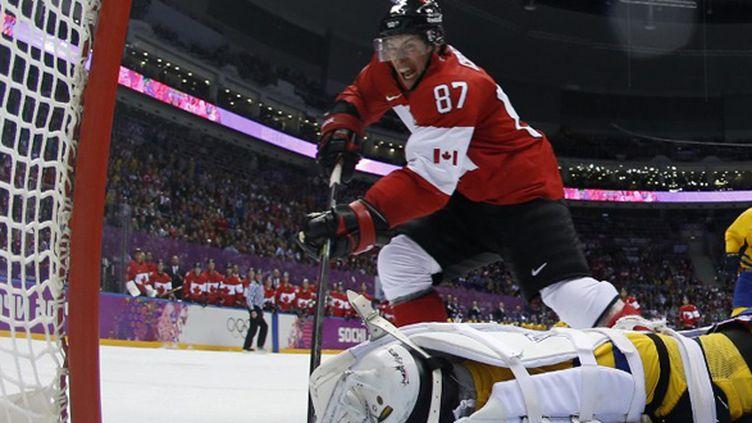 Sidney Crosby marque le 2e but canadien face aux Suédois (JULIO CORTEZ / POOL)