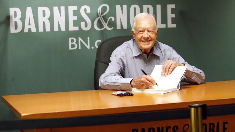 L'ancien président des Etats-Unis Jimmy Carter en séance de dédicace de son autobiographie, à New York, le 7 juillet 2015. (KENA BETANCUR / AFP)