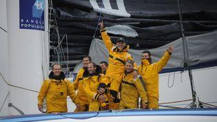 Le navigateur Loïc Peyron et une partie de son équipage célèbrent leur arrivée à Brest (Finistère) après avoir remporté le Trophée Jules-Verne, le 7 janvier 2012. (DAMIEN MEYER / AFP)