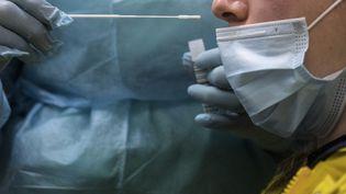 Un test PCR réalisé sur un patient à Bruxelles (Belgique), le 12 janvier 2021. (VALERIA MONGELLI / HANS LUCAS / AFP)